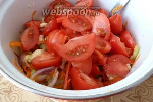 Помидоры режем дольками и добавляем к остальным овощам.