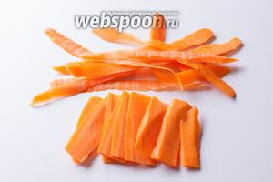 Морковь чистим и режем тонкими пластинками.