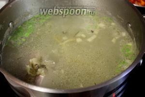В бульон добавить картофель, поварить минут 5 и добавить огуречную заправку.
