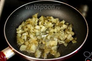 Протомить в нём мелко нарезанные солёные огурцы. Убрать их со сковороды или взять другую.