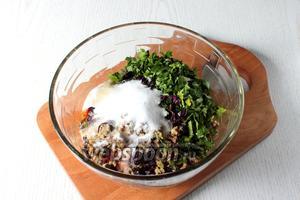 Зелень промойте, обсушите и добавьте в аджику, мелко порезанную или тоже перекрученную через мясорубку. Добавьте соль и кориандр.