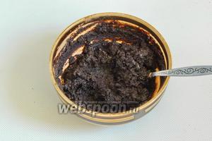 В остывшее сливочное масло добавьте какао порошок. Перемешайте, должна получиться густая масса.