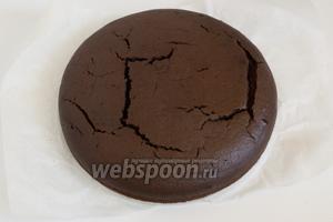 Выпекайте в предварительно разогретой духовке 45 минут при 175°С. Готовый торт вынуть из духовки, дать немного остыть, вынуть из формы, остудить на решётке. Аккуратно, горячий торт может разваливаться!
