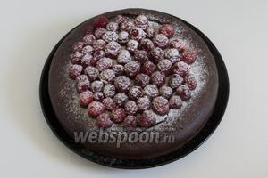 Остывший торт украсить по своему вкусу и желанию, например - сахарной пудрой.