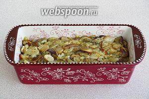 Поверх картофеля разложить грибы, тушённые со сметаной.