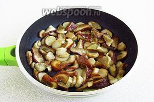 Выложить боровики на сковороду с разогретым маслом и протушить в течение 20 минут.