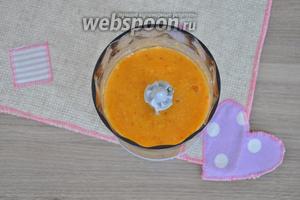 С персиков снять шкурку и удалить косточку, поместить в измельчитель, добавить сахар и измельчить в пюре.