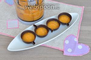 В шоколадные чашечки выложить до половины персиковое пюре.