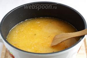 Добавить чечевицу к овощам и залить всё водой или бульоном. Так как чечевица сильно разбухает при варке, то воды нужно налить в 4-5 раз больше объёма овощей. Варить 15-20 минут, пока картофель и чечевица начнут развариваться.