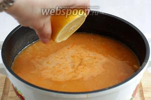 Добавить сок лимона и попробовать чего не хватает. Баланс кислоты и сладости должен быть соблюдён. Проварить суп ещё 1 минуту и он готов.