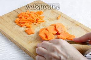 Морковь можно натереть на тёрке, но на востоке её не трут, а режут соломкой.
