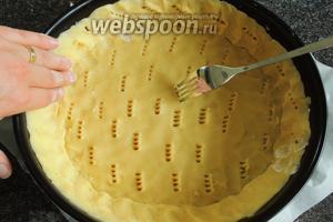 Вторую половину теста формируем в «колбаску» длиной около 70 см и выкладываем по стенке формы. Придавливаем пальцами к стенкам и получим рельефный «бордюр». Дно теста накалываем вилкой.
