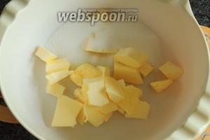Мягкое сливочное масло нарежем на кусочки и добавим сахар и соль.