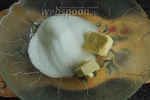 Для наполнителя сахар с мягким маслом кладём в мисочку.