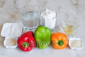 Итак, на фото продуктовый набор для приготовления трёхцветного хлебушка, который включает в себя перец сладкий (6 штук — по 2 красного, зелёного и жёлтого цвета), воду кипячённую, дрожжи сухие, соль, сахар, масло растительное без запаха, муку пшеничную, кунжут белый.