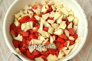 Добавить яблоки к луку с помидорами.