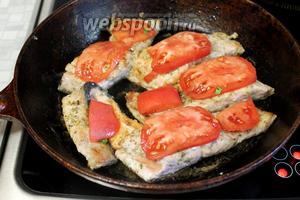 Перевернуть снова кожей вниз и разместить на поверхности дольки помидора.