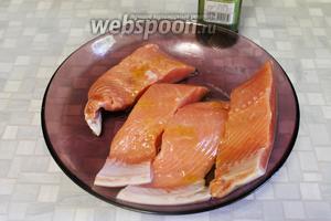 Рыбу поместить в тарелку и смазать оливковым маслом.