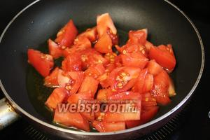В сковороду налить масло, выложить помидоры.