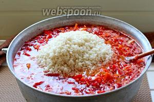 Добавить рис и поставить вариться, с момента закипания около 1 часа, до готовности риса.
