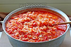 Рис с овощами снять с плиты и влить уксус, хорошо перемешать.