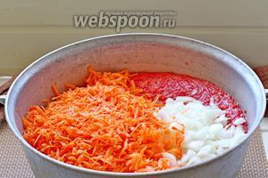 В кипящие помидоры выложить лук, морковь, перемешать и снова довести до кипения.