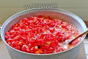 Добавить сладкий перец к кипящим овощам.