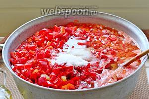 Всыпать соль, сахар и влить растительное масло.