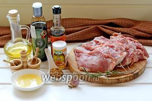 Для приготовления нам понадобится, разделанная на куски, свиная корейка на кости, соль, перец, соус соевый и бальзамик, карри, горчица, чеснок, масло оливковое и свежий розмарин.