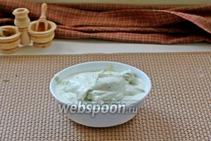 Для этого в чашу блендера добавить измельчённую зелень, творожной сыр, пробить 10 секунд, влить сливки, добавить соль, перец и ещё пробить до однородности.