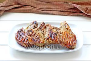 Выложить мясо на тарелку. Подавать горячим, с соусом. Ещё я выложила мясо на «подушку» из рукколы. Приятного аппетита!!!