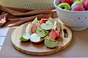 Яблоки промыть, нарезать на 4 части. Косточки вынимать не надо.