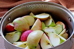 Выложить четвертинки яблок в кастрюлю.