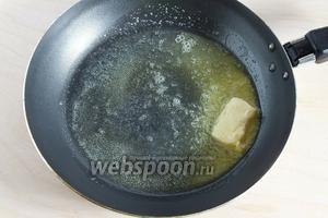 На среднем огне растопите половину масла, остальное оставьте — оно пригодится позже. Пока готовится соус, можно параллельно поставить нагреваться подсоленную воду для варки макарон.