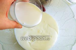 Смешаем в ёмкости йогурт с молоком. Желательно, чтоб продукты были холодными. Чем меньше жирность молока и йогурта, тем меньше калорийность готового продукта.