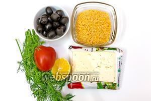 Для приготовления нам понадобятся: орзо, Фета, лимон (из него мы выжмем сок), помидоры, оливки, соль, смесь перцев, масло оливковое, укроп.