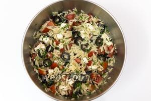 Хорошо перемешаем. Добавим нарезанный мелко укроп. Оставим на 2-3 минуты, чтобы салат настоялся. Подаём. Приятного аппетита!