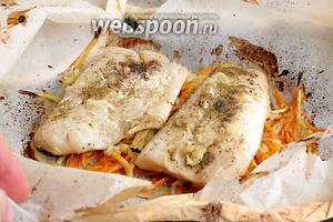 По окончании отведённого времени, разорвать конверт и освободить рыбу с овощами от бумаги.
