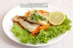 На тарелку уложить сначала запечённые овощи, а сверху рыбу. Подавать с ломтиком лимона.