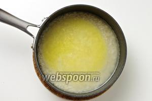 Залейте кипятком на 1-2 см выше уровня риса, разогрейте духовку до 180-200°С и поставьте кастрюльку в духовку.
