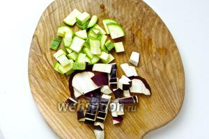 Для заправки, нарежьте овощи небольшими кубиками.