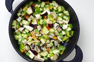 Обжарьте овощи в небольшом количестве оливкового масла до готовности. При необходимости добавьте немного воды.