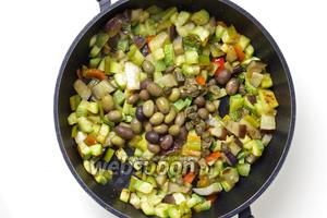 Когда овощи стали мягкими, добавьте оливки и каперсы, предварительно хорошенько промытые водой от излишней соли. Приправьте орегано и солью по вкусу (осторожно с солью, каперсы и так солёные).