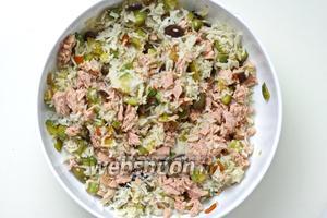 Выложите всё в ёмкость для подачи и добавьте тунец, предварительно слив воду из банки. Перемешайте всё хорошенько и заправьте оливковым маслом по вкусу. Подавать тёплым или холодным.