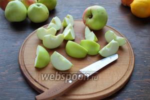 Нарезать яблочки, персики — дольками.