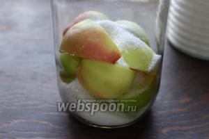 Сложить в банку, засыпать 0,5 стакана сахара, разложить листочки мяты, по 1 (толстому) кружку лимончика.