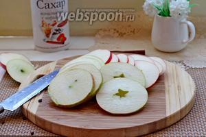Яблоки нарезать на тонкие кружочки.