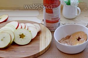 Обмакивать каждый кружочек яблока в сахаре, смешанным с корицей.
