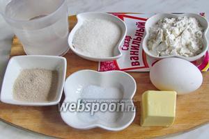 Для кренделей нам понадобится мука, вода, дрожжи, сахар, ванилин или ванильный сахар, сливочное масло, яйцо — нам понадобится только 15 г, я честно отмеряла на весах, убирая лишнее. Думаю, может можно заменить куриное яйцо на перепелиное, по размеру больше подойдёт. Также нужны: соль, растительное масло.