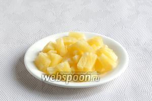 Кольца ананаса разрезать на маленькие кусочки.